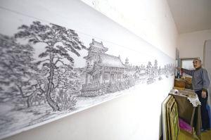 1月22日,董春邦展示了他用8年时间画好的20米钢笔画长卷《昭陵松涛图》 ■本报记者 杨大海 摄