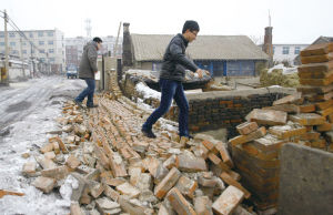 1月23日,地震发生后灯塔市柳条寨镇部分居民家院墙倒塌