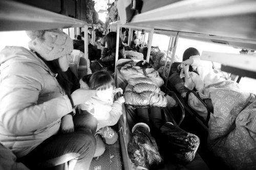 超载的大客车里人满为患