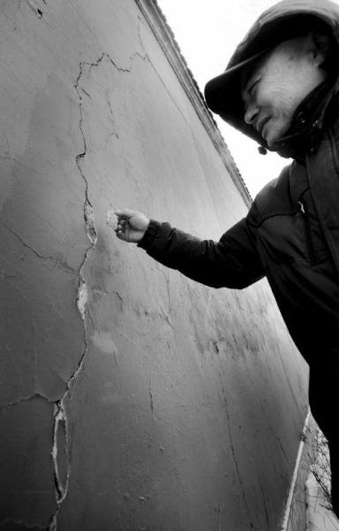故宫的墙裂缝清晰可见(图片来源:沈阳晚报)