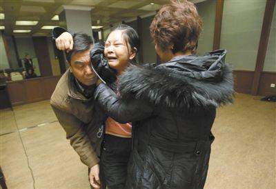 被害女歌手丽丽的母亲在庭审后悲痛难当,要追打嫌疑人,家人将其搀扶出法庭。本组稿件/新京报记者王贵彬摄