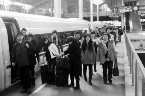 旅客准备乘坐高铁回家