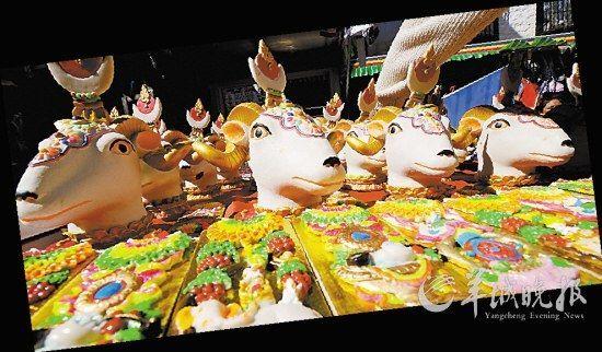 藏历新年,拉萨的大街小巷各种藏族传统年货琳琅满目