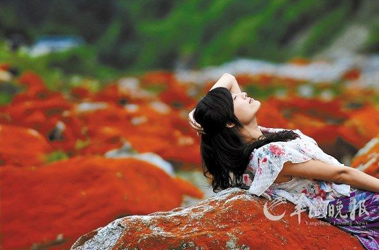 四川省海螺沟景区内有神奇的红石滩美景,令人陶醉