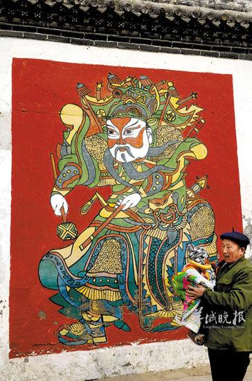 春节,朱仙镇一处院门外都有风格奔放粗犷的年画