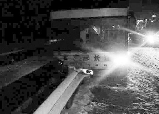 荣昌快客发生车祸 8名乘客被困封闭高速3小时(图)