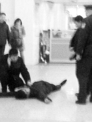 地铁工作人员昏迷倒地■微博图片