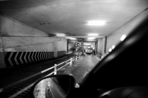 过陡的停车场坡道,成为每个新手的难关。摄影记者 常晟罡