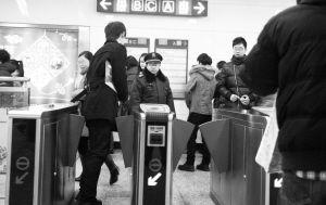 一男子在出站台闸门要关上时迅速逃票通过