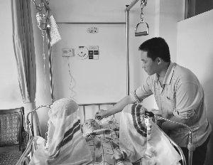 目前,阿燕十指做了再植手术,其弟弟在医院照顾。信息时报记者 萧嘉宁 摄