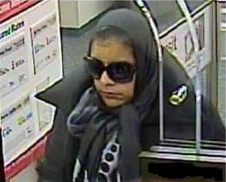 这名女子抢银行被银行监控摄像头拍下(网页截图)