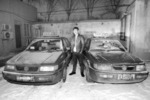 肇事逃逸司机高某指认自己非法营运的套牌车(右)