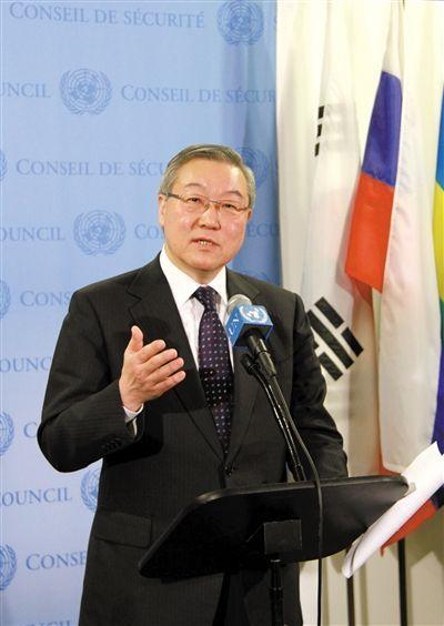 2月12日,安理会轮值主席国、韩国外交通商部长官金星焕宣读声明。新华社发