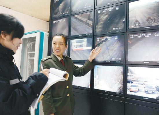 沈丹高速沈阳收费站副站长王艳君(右)向记者介绍情况。记者 李浩摄