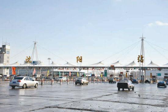 2月13日,记者在沈丹高速入口看到,车流量与平时并没有太大变化,由于不用取卡,加快了通行速度,车辆通行变得更加顺畅。记者 廉勇摄