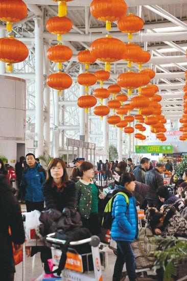 近几天,沈阳桃仙国际机场的进出港旅客流量明显增加,预计初六、初七(15、16日)将迎来春节期间客流最高峰。  记者廉勇2月13日摄于桃仙机场T2候机楼