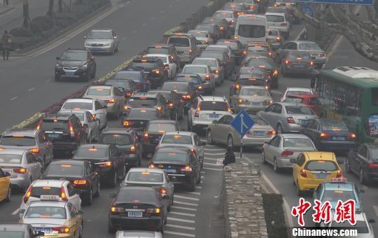 2月14日,从沪宁高速进入南京主城区的中山东路上,大批车辆缓慢行驶,蔓延数公里。