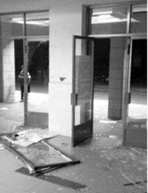 玻璃门被挤破