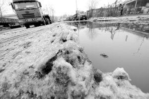 仍有四辆车被冻在现场■本报记者 王舜天 摄