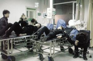 昨晚,食物中毒的学生在医院急救。记者 王齐波 摄