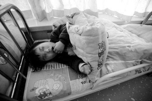 小晨曦躺在床上一直很安静