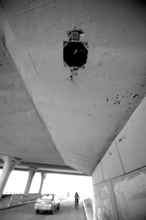 沈海立交桥桥下通道照明装置丢失