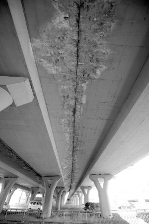 沈海立交桥桥面中心部位裂缝渗水