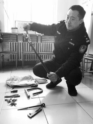 民警展示嫌犯作案工具■主任记者 虞禄洋 摄