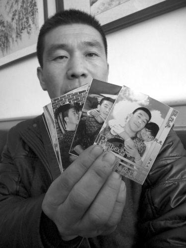 冯国民拿着妻子的照片四处寻找。