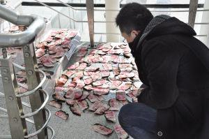 昨日,小刘将被火烧又被水浇透的钞票摆在银行的楼梯和窗台边晾晒。