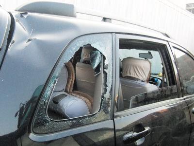 吉普车两侧玻璃及后挡风玻璃几乎都被砸碎