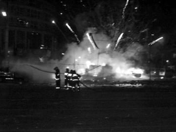 昨日晚9点多,在大东区沈铁路二台子小学斜对面,一个鞭炮摊爆炸起火,殃及7辆车,消防官兵赶到现场救火。市民王滨供图