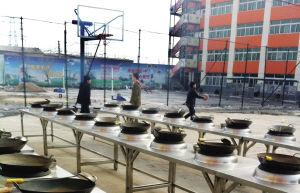 新东方烹饪学校院内不少学生在打球 ■本报记者 夏铭阳 摄