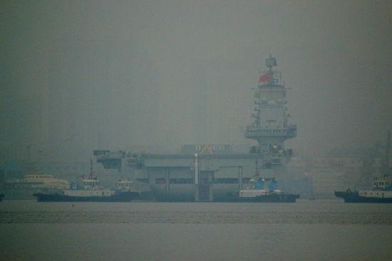 我国首艘航空母舰辽宁舰今日首次靠泊青岛军港