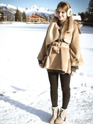 驼色斗篷式短大衣配上带有皮毛镶嵌的短靴和耳套一点