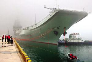 27日上午,我国首艘航空母舰辽宁舰首次靠泊青岛某军港。