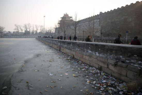 2月26日,北京,故宫东华门边的筒子河里垃圾布满冰面。