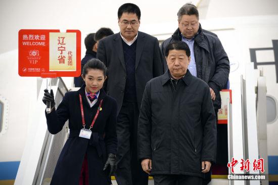 月2日,参加十二届全国人大一次会议的辽宁省代表团抵达北京首都机场。中新社发