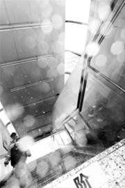 地铁进站口成了水帘洞