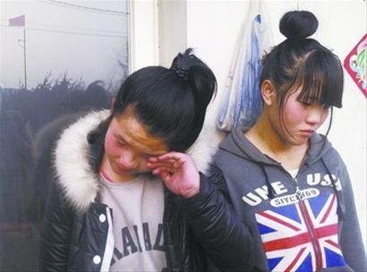 回忆起每天跑步上学的艰辛,俩孩子不禁留下了眼泪。记者陈琳琳摄