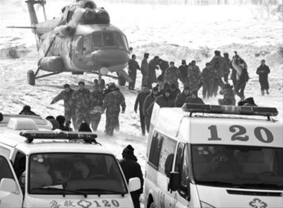 ◆3月4日上午,救援人员在紧张实施救援。 新华社发