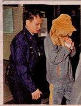 警方已控制涉案男教师(右)。
