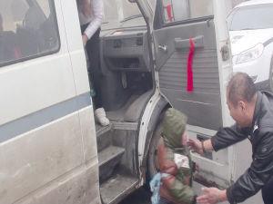 警察从超载的校车上接儿童下车。视频截图