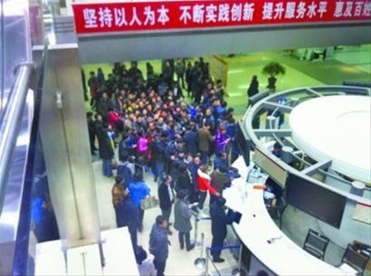 税务咨询放号台前挤满了赶早场的人们。 主任记者 胡海林 摄