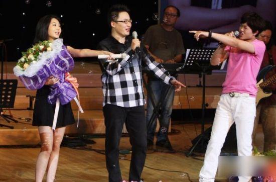 李天一在台上演唱