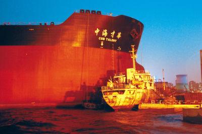 """""""中海才华""""号撞上两艘船,其中一艘(画圈处)被夹在中间。"""