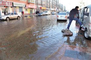 3月10日,怒江北街地下自来水管线爆裂,马路变成一片汪洋。
