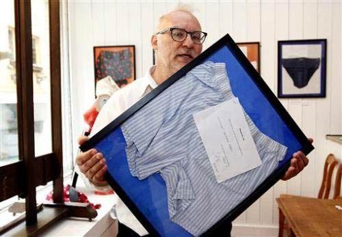 简·布库艾展示一条由比利时财政部长Didier Reynders捐赠的内裤