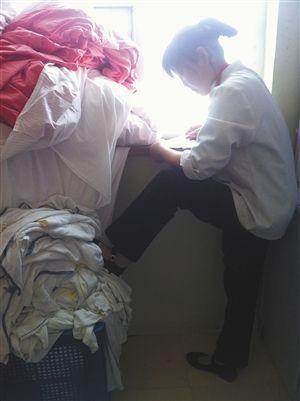 服务员踩在毛巾、浴巾上。