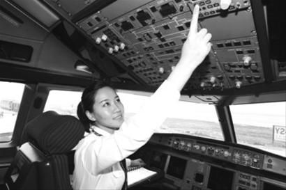 女机长李颖今天首次以机长的身份执飞沈阳-青岛-深圳航班。记者 王迪 摄